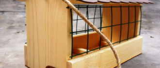 Кормушка из дерева для голубей